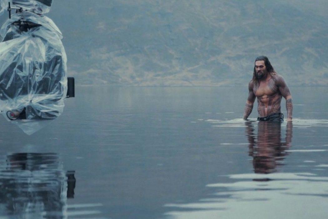 Jason Momoa durante una escena en el agua