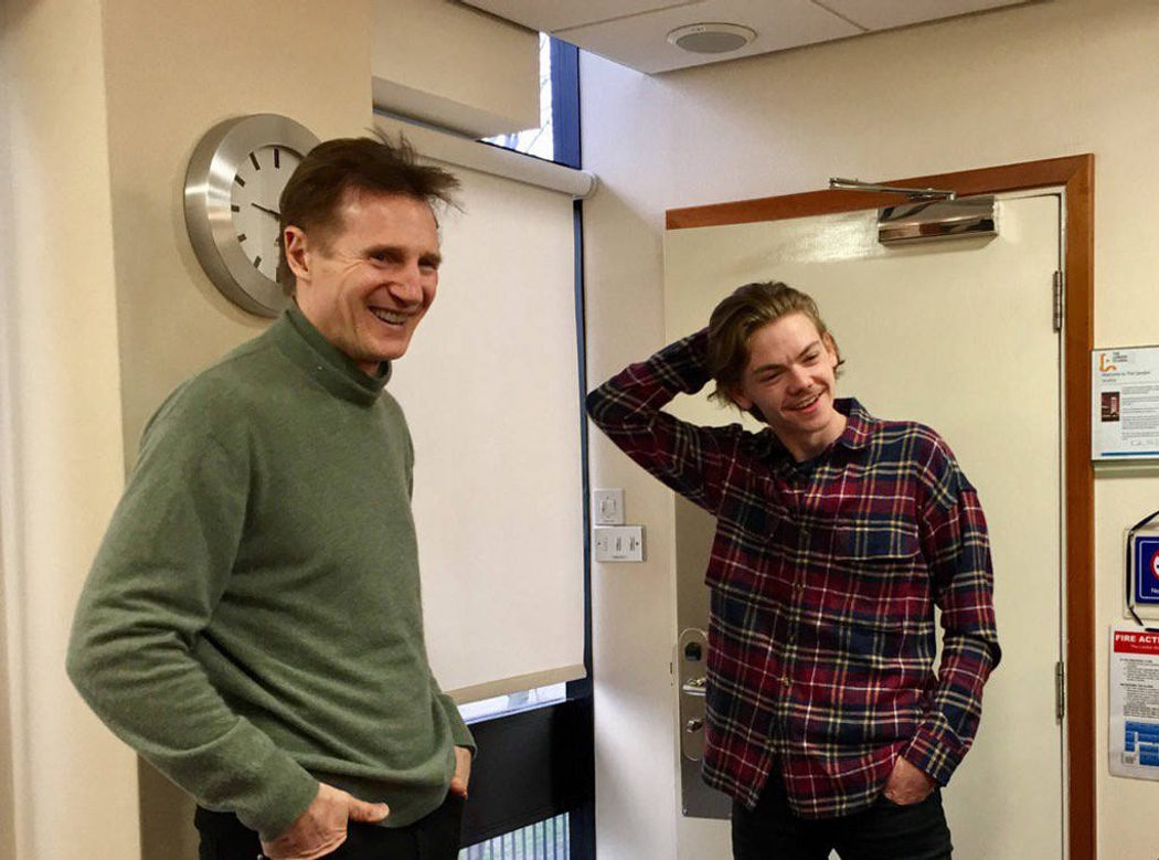 Neeson y Brodie-Sangster en un descanso del rodaje