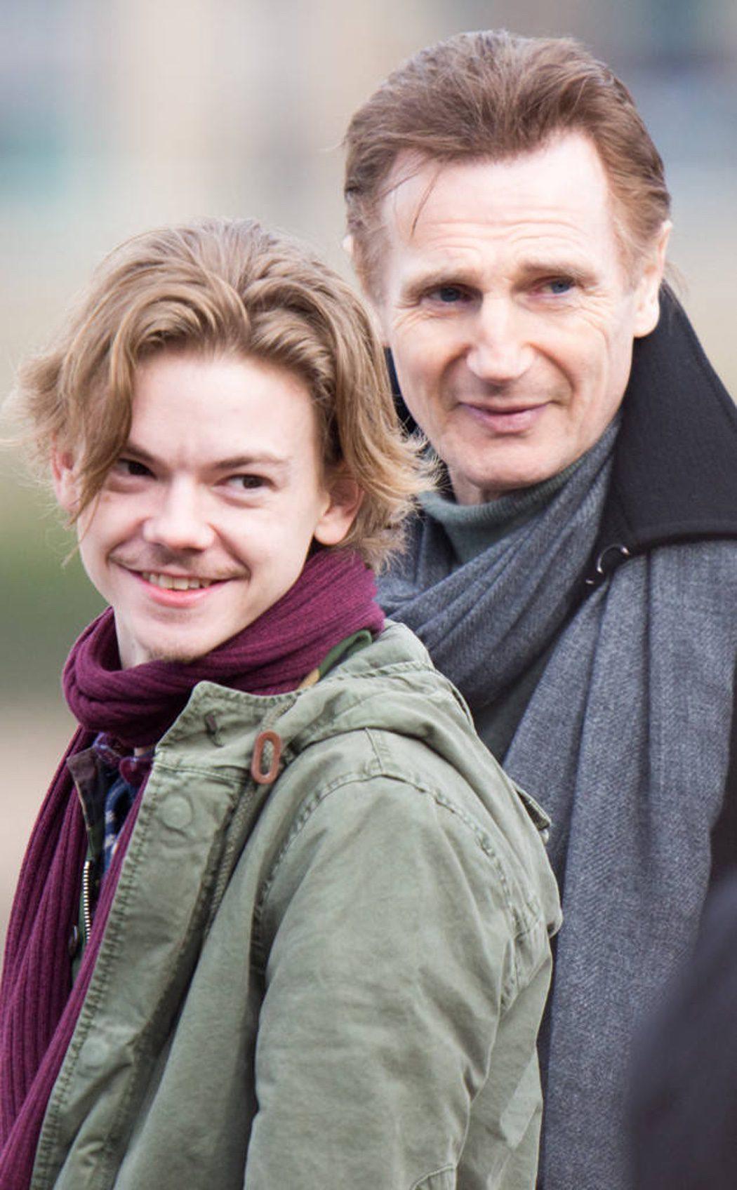 Sam (Brodie-Sangster) y Daniel (Neeson) 14 años después
