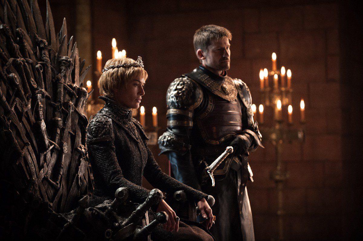 Cersei y Jaime Lannister en el Trono de Hierro reciben a...