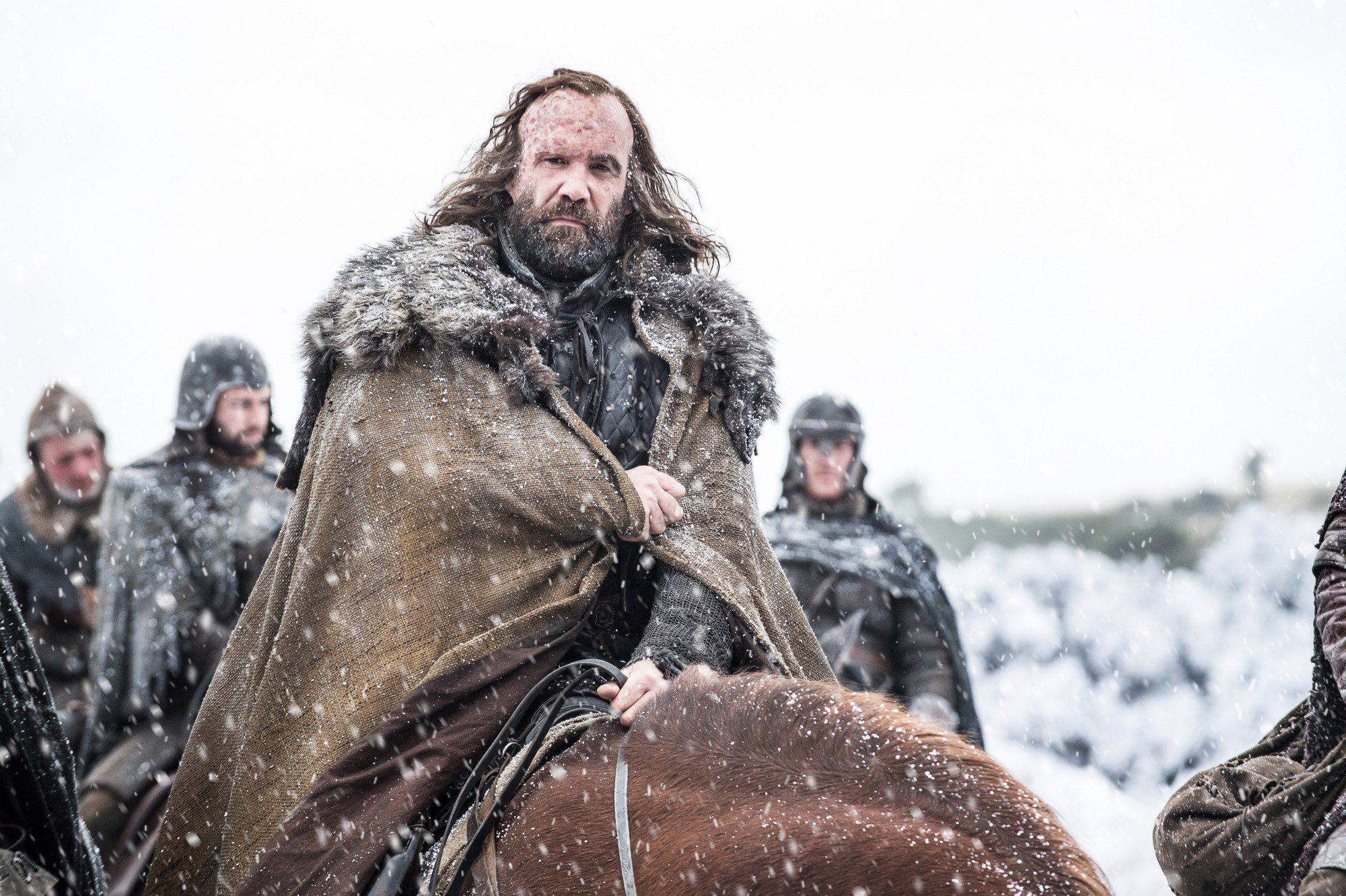 Sandor Clegane 'El Perro' llega al Norte a caballo