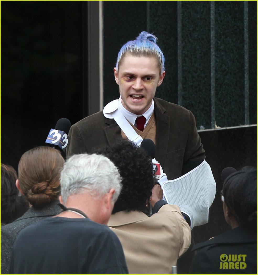 Evan Peters gritando a la prensa