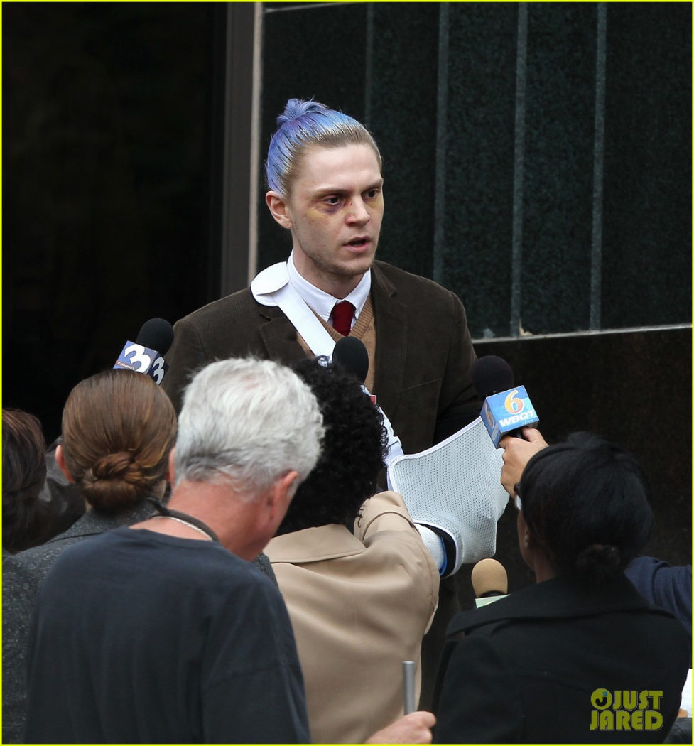 El actor Evan Peters dirigiéndose a los medios