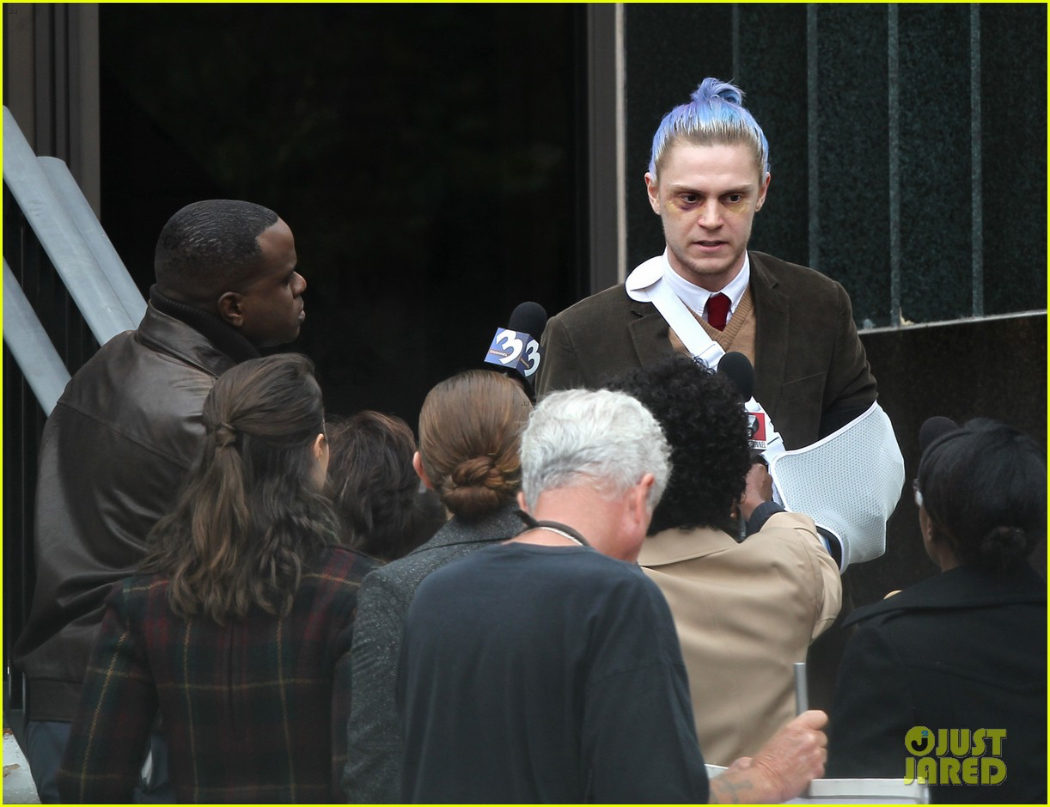 Evan Peters siendo interrogado