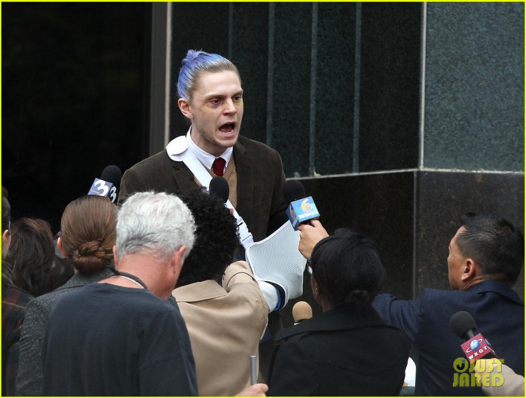 El actor Evan Peters visiblemente consternado