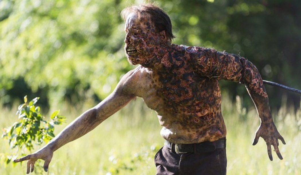 Un zombie medio quemado