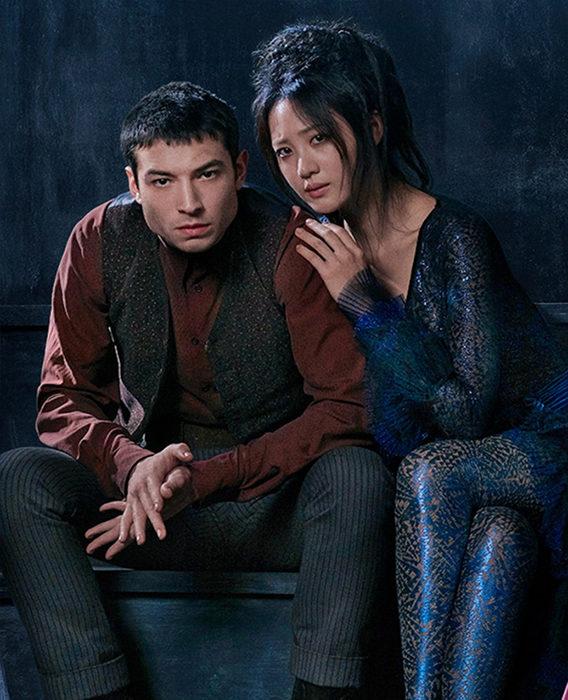 Ezra Miller como Credence Barebone y Claudia Kim como Maledictus