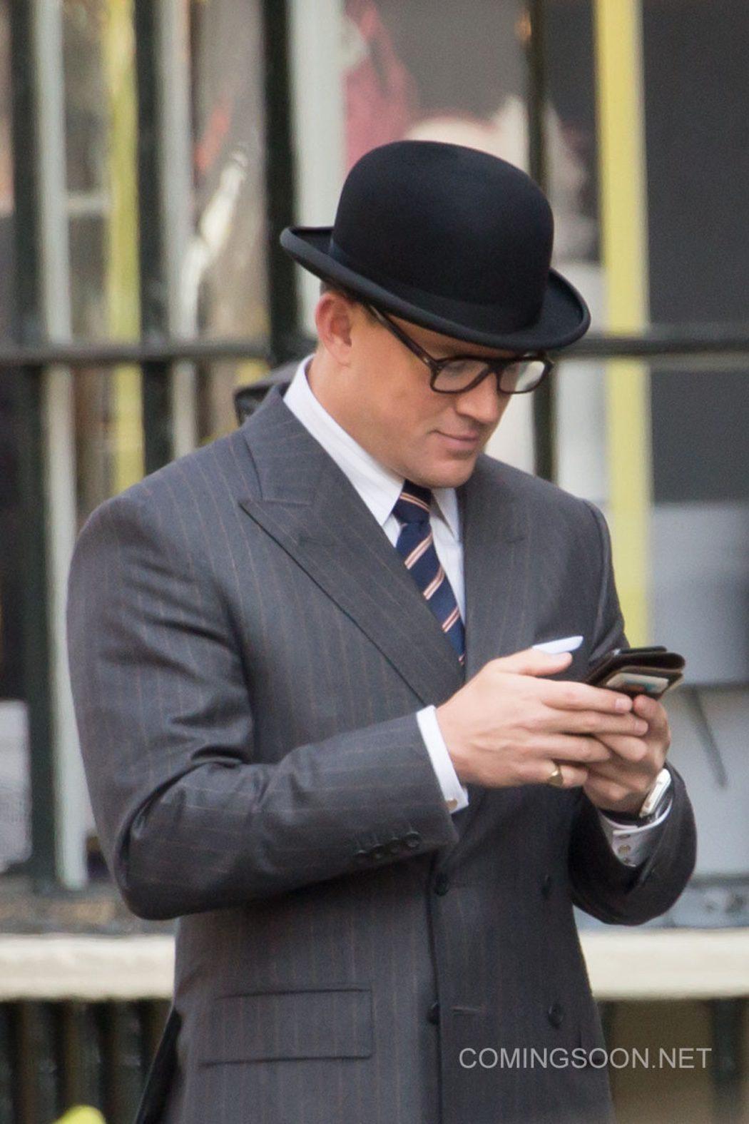 El actor comprueba su móvil