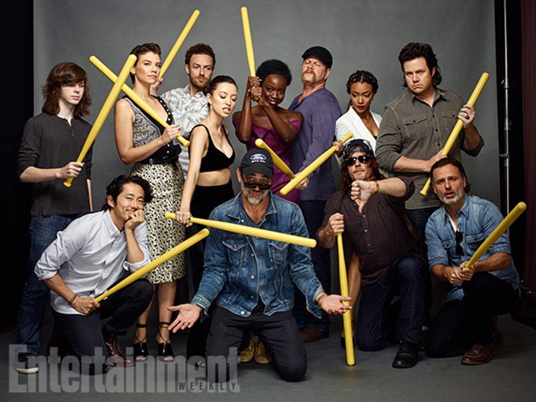 Reparto de 'The Walking Dead' con bates de béisbol